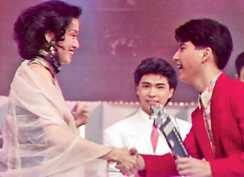 ■90年陸家俊獲新秀亞軍及梅艷芳歌星特選獎,由梅姐親自頒獎。