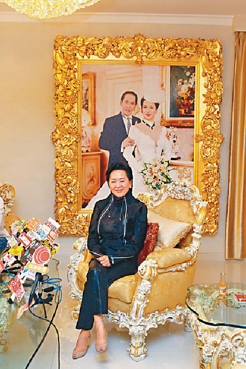 巨宅焦點 ■祥嫂在獨立屋的大廳掛上巨型結婚相。