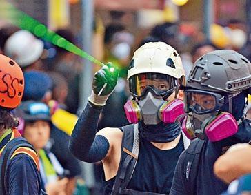 ■示威者疑向警署門外警員,放雷射光。