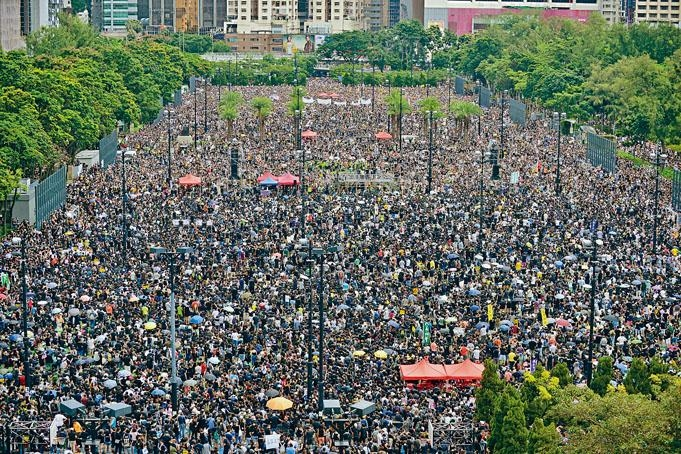 ■參加集會市民,逼爆維園六個足球場。