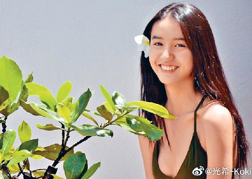 ■鮮有性感的Koki,趁夏天大晒事業線。