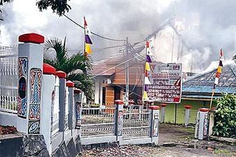 位於馬諾夸里的議會大樓遭縱火破壞。