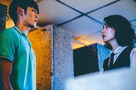 《綁靈》以港式鬼片作賣點,演員陣容包括台灣的小薰與曹佑寧。