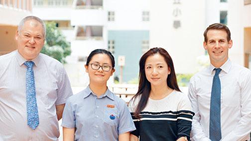 盧慧敏(左二)以IGCSE全科十A*佳績,成為耀中國際學校(中學)「全科十A*狀元」。