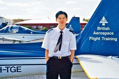 譚文豪昨在社交網站貼出當年受訓的照片,宣布辭職。