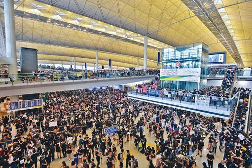 兩名被機管局解僱的員工,疑在群組討論機場集會運作及保安。