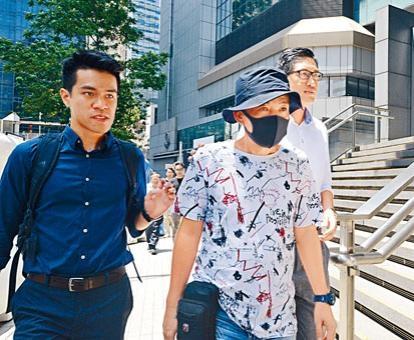 遭警員虐打的鍾先生到警署錄口供。