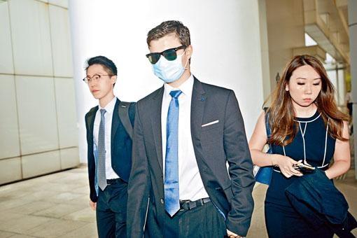 戴上口罩的國際學校混血男學生陳明熙,否認強姦罪。