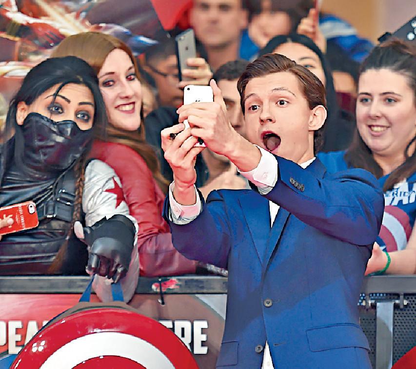 ■湯姆在首部參演的漫威電影《美國隊長3》首映禮上與粉絲合照。