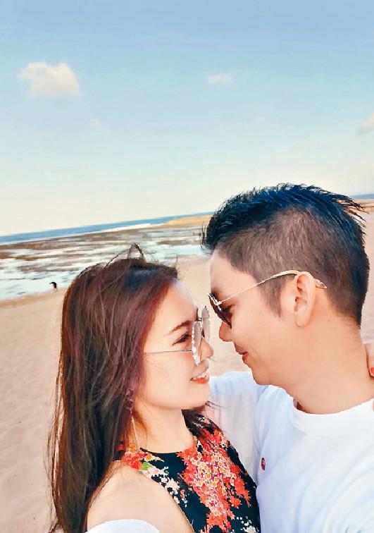 ■劉倩婷與老公李丞責博士行沙灘好浪漫。