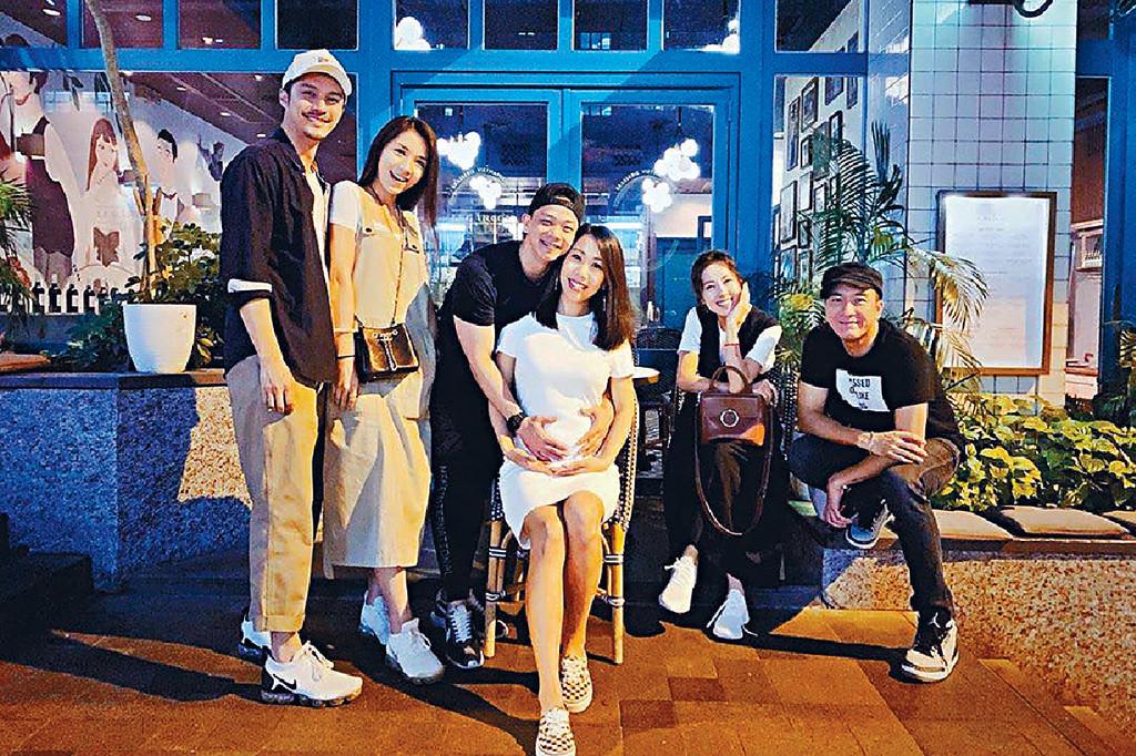 ■童顏子善,早前帶大肚妻Kary和「鐵馬家族」成員馬國明(右)、唐詩詠等飯局。