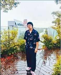 周董一身打扮貌似日本江湖大佬。