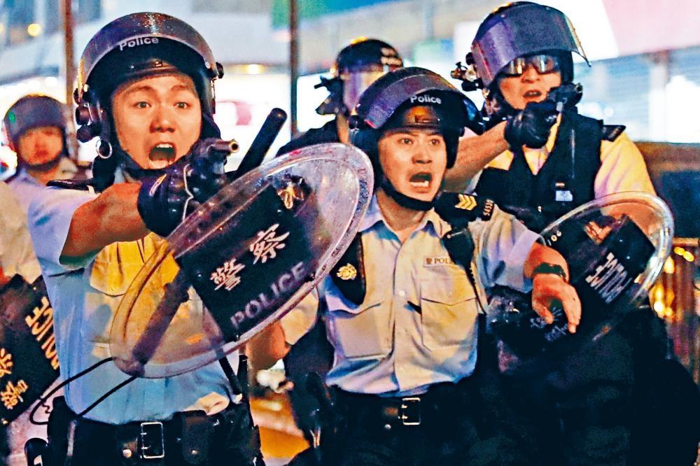 荃灣遊行又再演變成警民衝突,一批警員在沙嘴道遭黑衣人瘋狂襲擊,六名警員拔槍喝止,有警員開出反修例衝突「第一槍」,向天鳴槍示警。