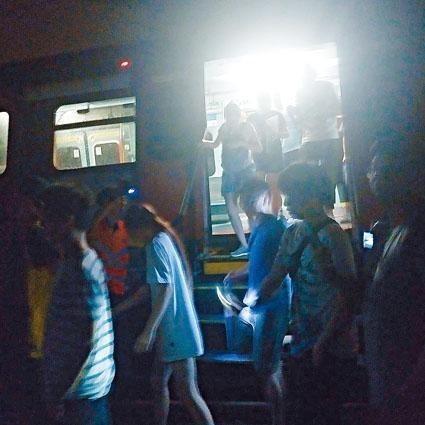 ■港鐵職員打開停駛列車車門,讓乘客下車沿路軌返回月台。