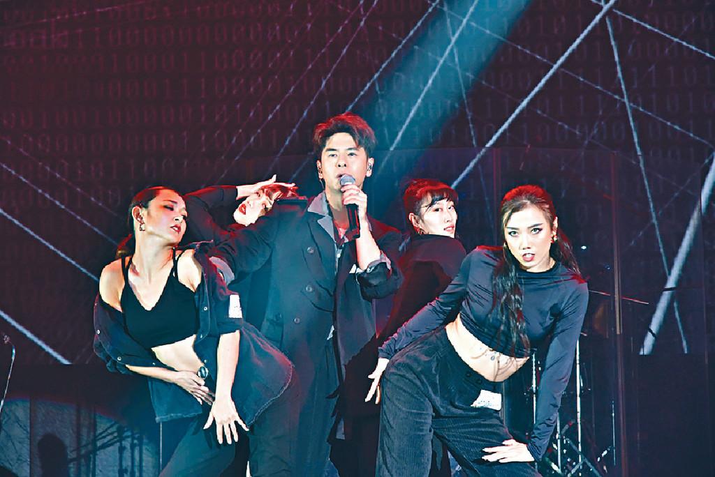 ■許廷鏗在台上大跳火辣熱舞。