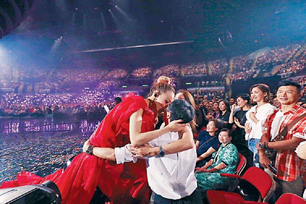 ■祖兒於握手環節走到台邊親吻媽媽和經理人霍汶希。