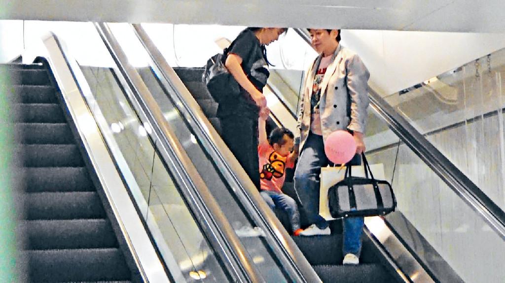 搭電梯曳曳 ■唯一作反,係Chantelle搭扶手電梯時突然紮紮跳。