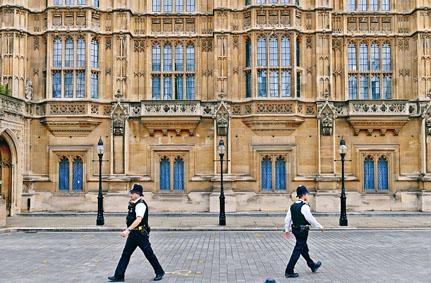 警員在英國國會所在的西敏寺外巡邏。