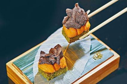 ●黑松露海膽紫菜脆餅以綠茶混合海苔製成脆餅,配搭昆布忌廉、海膽和黑松露,口感豐富。($160/件)
