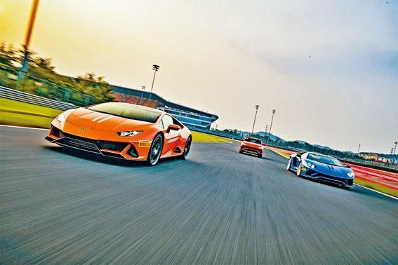 ●林寶堅尼每年均會在世界各地舉辦Esperienza Dinamica賽道體驗活動,今趟首次在中國浙江賽車場進行,主角是最新款Huracán Evo(左)。