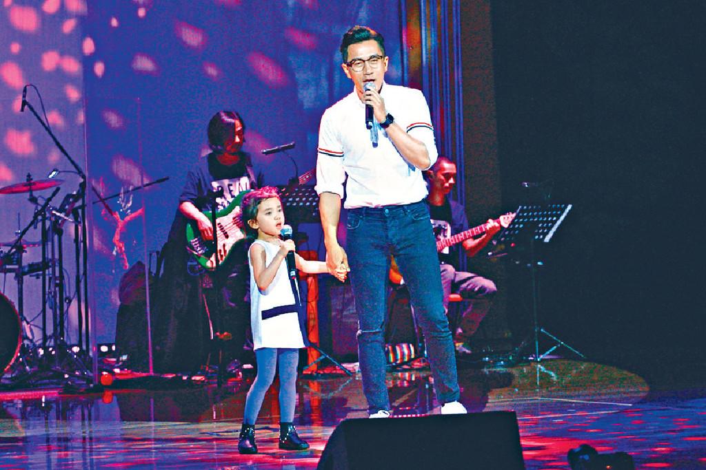 同台唱歌 ■今年7月,劉愷威出席小糯米學校舉行的音樂會,兩父女更同台獻唱。