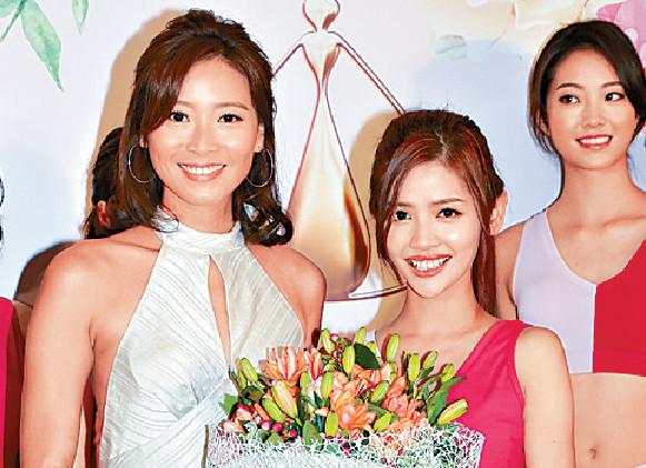 ■出爐友誼小姐⑥陳熙蕊獲上屆得主陳靜堯頒獎。