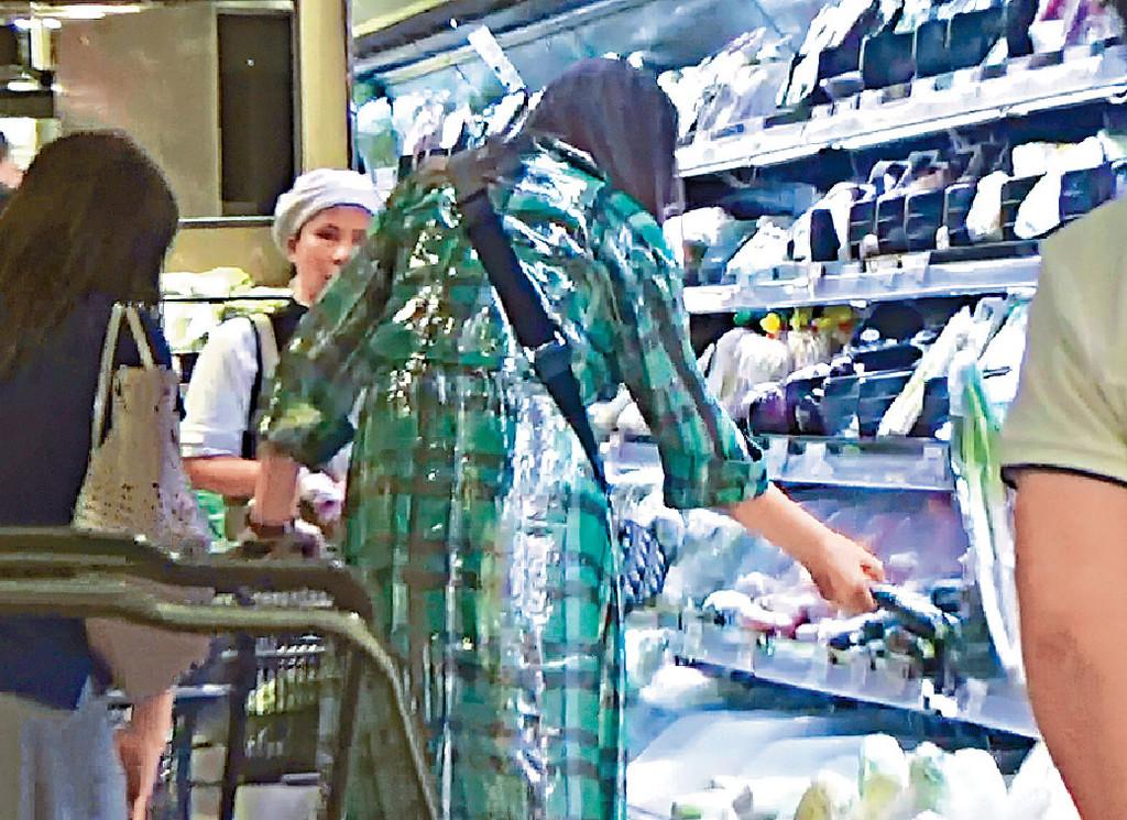 ■琦琦亦買咗好多蔬菜包括茄子。