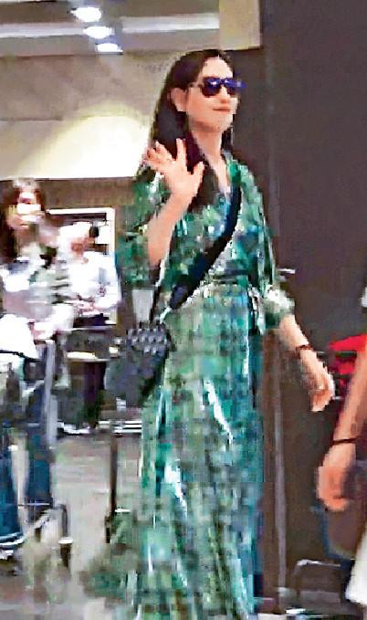 ■臨走時,她跟記者揮手講拜拜。
