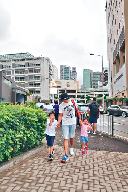做湊仔公 ■剛剛嘅開學日,天明負責送兩個仔返學同放學,佢話只要一喺香港就會做湊仔公管接送。