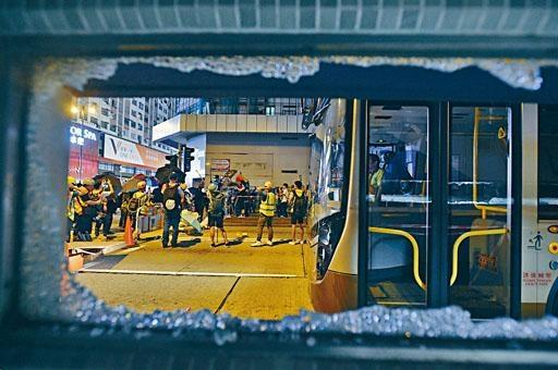 ■持續社會動盪令本港信譽受損,惠譽將香港信貸評級由「AA+」下調至「AA」。 圖為昨晚示威者在油麻地破壞港鐵站及堵塞馬路。