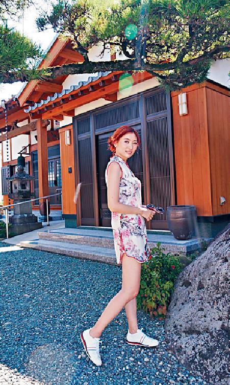 ■陳爽穿着自備的旗袍到柳川巿參觀廟宇。