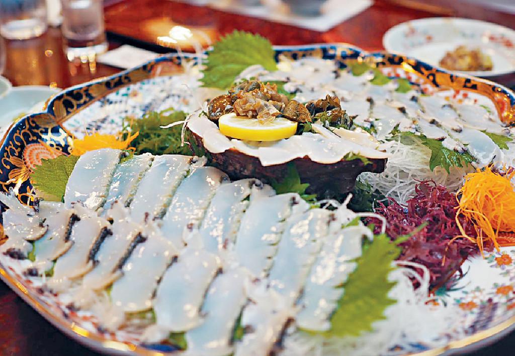 ■她在福岡「稚加榮」享用新鮮鮑魚刺身,鮮甜爽口。