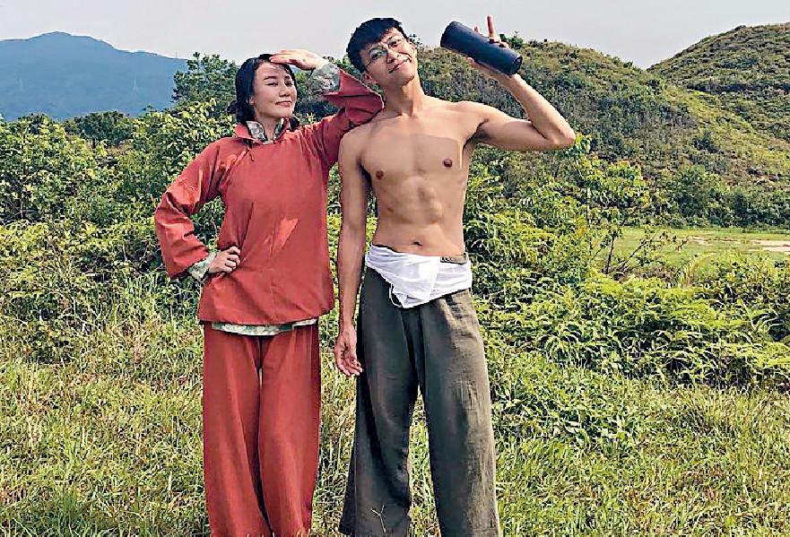 ■坤哥同康華拍《大醬園》時晒腹肌。