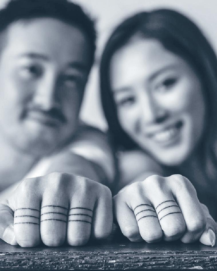 ■曾國祥與王敏奕展示指上的「紋身婚戒」。