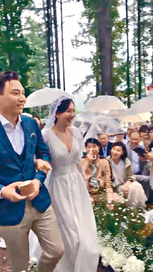 ■王敏奕穿上低胸婚紗行禮。