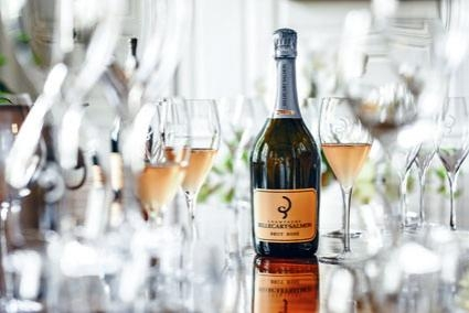 ●Brut Rosé桃紅香檳色澤亮麗,呈迷人的淡粉色,散發紅莓及柑橘香氣,別具風味。