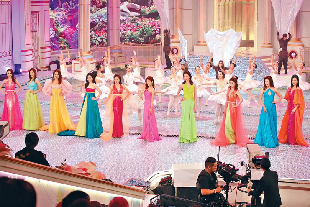 ■10位佳麗穿上鮮艷晚裝揭開序幕,當中不少佳麗都谷胸上陣。