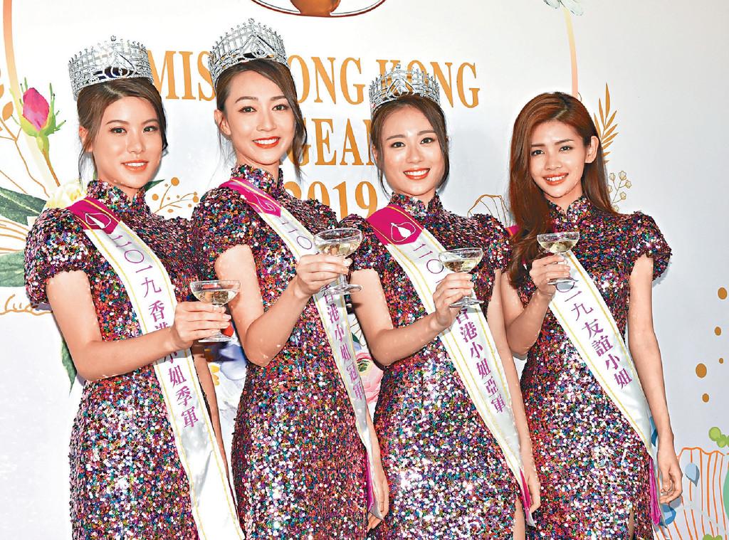 ■港姐冠軍黃嘉雯(左二)與王菲、古佩玲和陳熙蕊飲香檳慶祝。