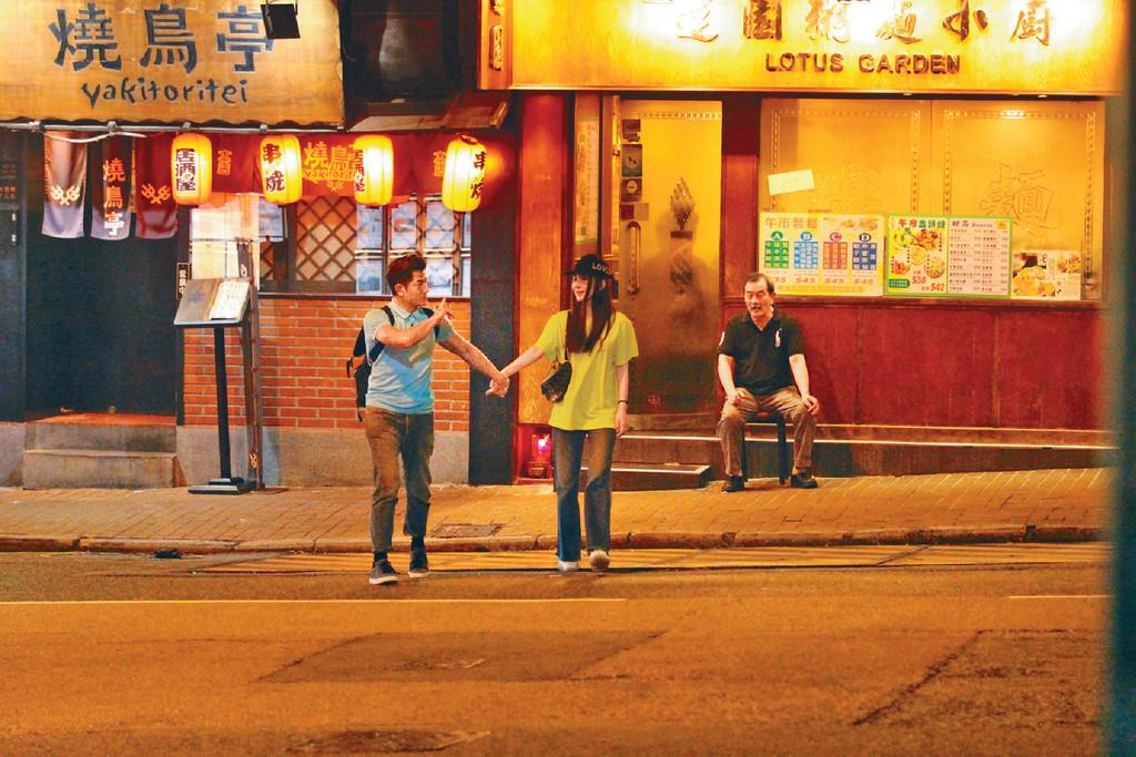 凍齡人夫 ■53歲嘅凍齡城城着上T裇牛仔褲,襯番32歲愛妻Moka。