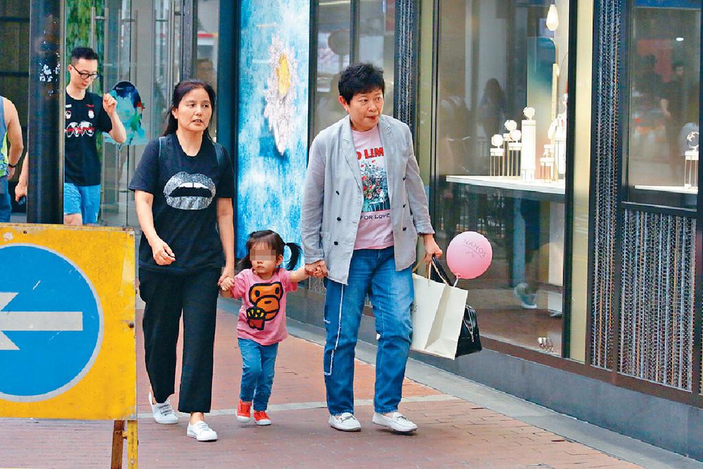 搵經理人做保母 ■日前,本報影到小美(右)和方媛母親(左)湊城城大女Chantelle去銅鑼灣shopping。