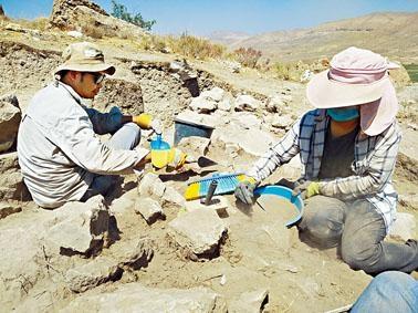 兩名港大生在Vedi城堡遺址發現一道已倒塌的古牆頂部;後方為Vedi河谷。