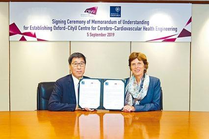 城大校長郭位(左)與牛津大學校長Richardson支持加強雙方在健康工程學方面的合作。