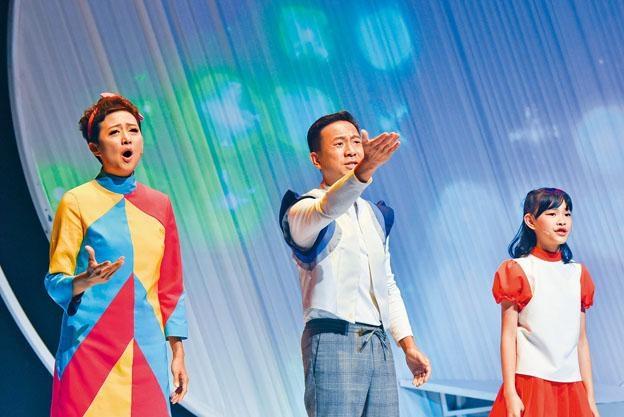 羅敏莊(圖左)、陳國邦(圖中)在《童話.兒童的心底話》飾演夫妻。