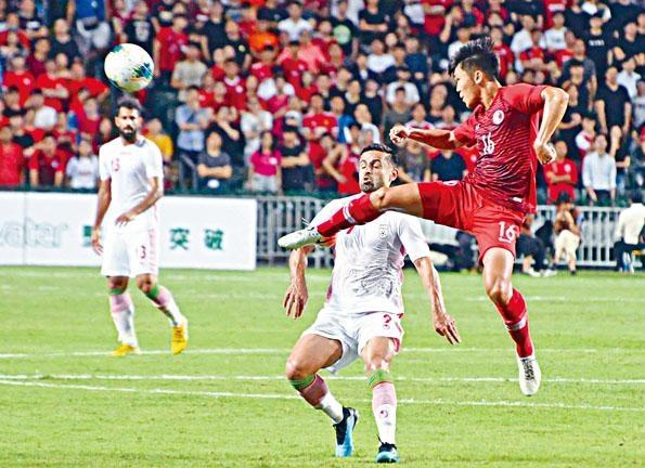 港隊(紅衫)雖然主場淨吞伊朗「兩蛋」,但全隊發揮平穩雖敗不辱。