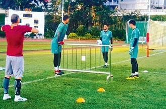 伊朗球員須自行搬動鐵馬進行操練。