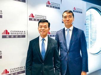 戴德梁行陶汝鴻(左)稱,料下季樓價跌5%至10%。旁為高偉雄。