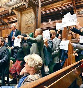 英議員舉起寫上「滅聲」的紙張,抗議關閉國會。