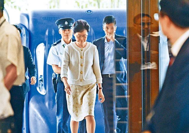 行政長官林鄭月娥穿過水馬見記者,她強調暴力的升級和持續不能解決當前社會問題。