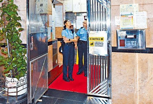 警方在亞皆老街入屋劫案現場大廈調查。