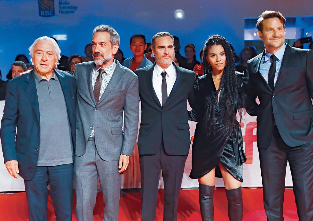 ■祖昆馮力士(中)與羅拔迪尼路(左一)等現身《JOKER小丑》首映禮。路透社